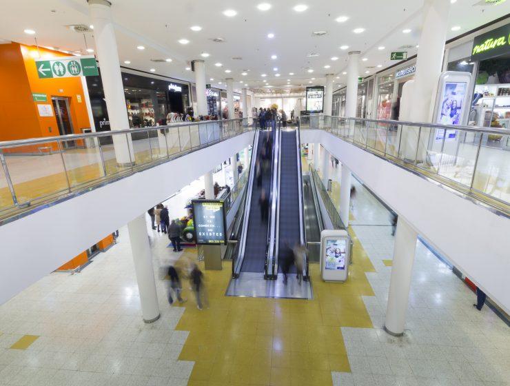 Imagen del centro comercial Alzamora Alcoy, escaleras mecánicas y t iendas para ilustrar los festivos de apertura en Alzamora.