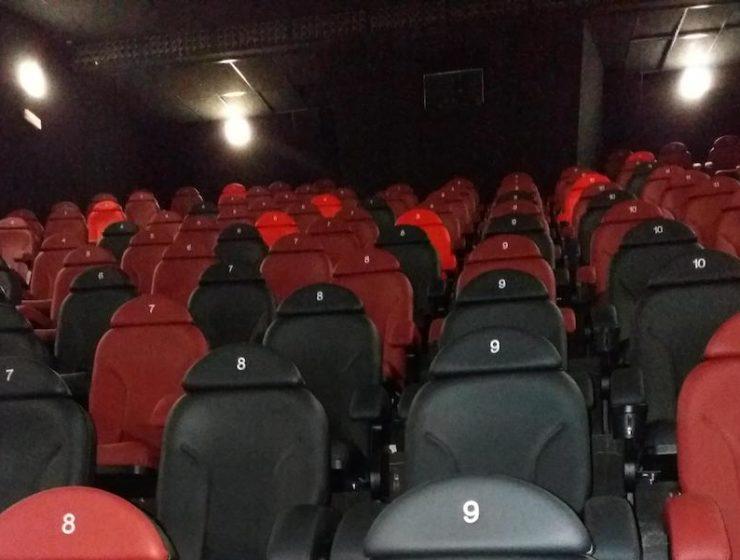 Nuevas butacas instaladas en la renovación de los cines Axión en Alzamora